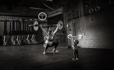 Una sesión de fotos de embarazo nada típica: en el gimnasio y levantando pesas