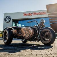Alguien ha cubierto de piel y tatuado esta moto, y ahora la quieren vender por 1 millón de euros