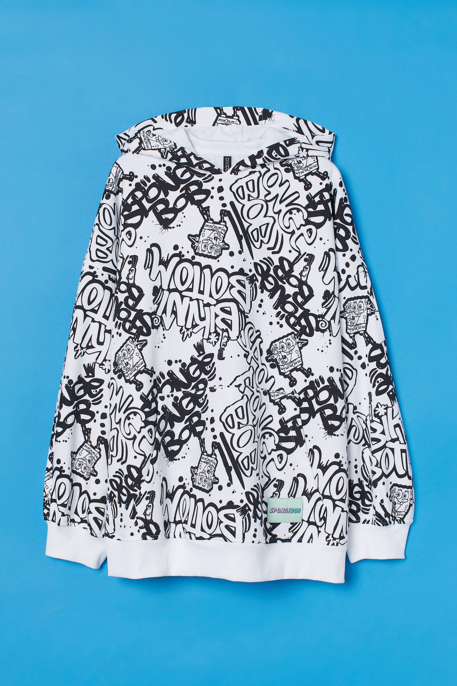 Sudadera oversize con capucha forrada y motivo estampado delante. Hombros marcadamente caídos, bolsillo canguro y remate elástico de canalé en puños y bajo.