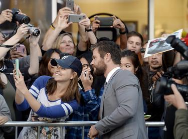 Un Chris Hemsworth más guapo y simpático que nunca en la première de The Huntsman Winter's War