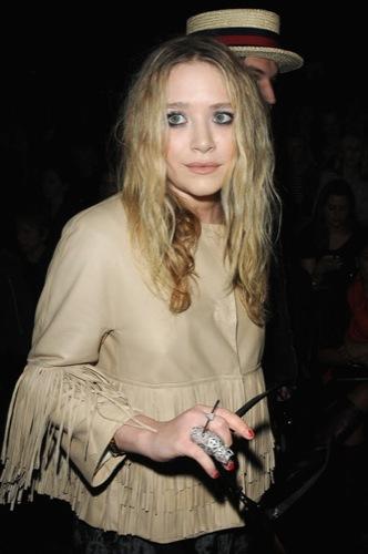 Vuelven los flecos, Mary-Kate Olsen y su look en la Semana de la Moda de París II