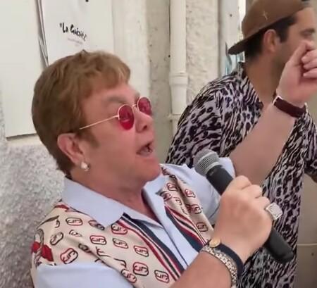 Como cuando vas a comer y de repente Elton John se echa un palomazo: así lo vivieron en un restaurante en Cannes