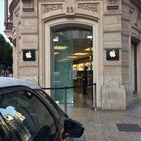 Asaltan la Apple Store Calle Colón en Valencia y dejan las mesas de exposición prácticamente vacías