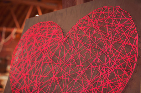 Corazón realizado con hilo rojo