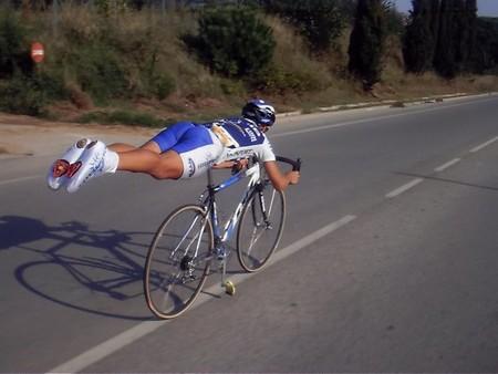 El kamasutra del Tour de Francia: Por qué los descensos en ciclismo se han llenado de posturas extrañas