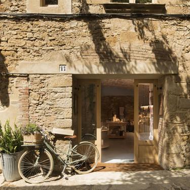 Una casa multifunción que refleja el universo creativo de la interiorista Susanna Cots y que respeta la tradición y la historia de los muros entre los que se ubica