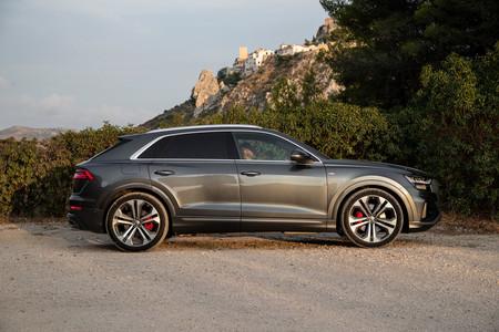 Audi Q8 lateral suspensión baja