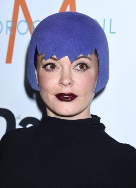 Por favor, que alguien me explique el look de Rose McGowan