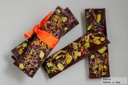 Deliciosas chocolatinas de pistachos y flores. Receta para San Valentín