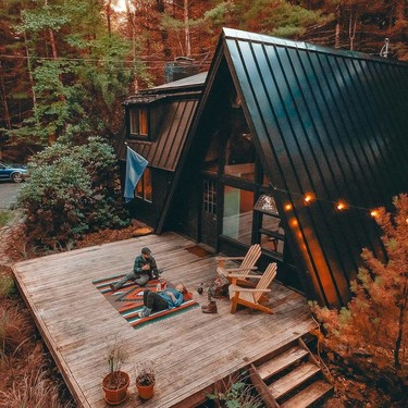 Esta preciosa mini casa en el bosque tiene una arquitectura singular que puedes disfrutar gracias a Airbnb