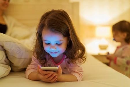 La luz por la noche puede distorsionar los ritmos circadianos en los niños ¿Existen riesgos a largo plazo?
