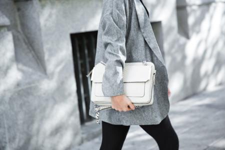 Claves de moda para ir de shopping: un bolso blanco como la nieve para días de frío polar