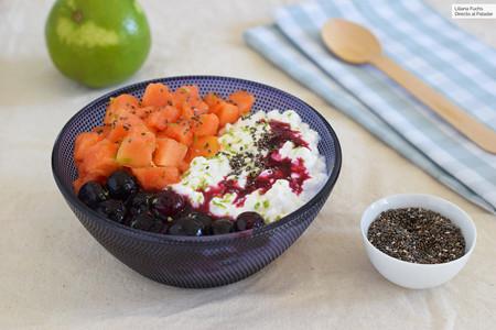 Queso cottage con papaya y salsa de arándanos: receta para un desayuno (o merienda) saludable