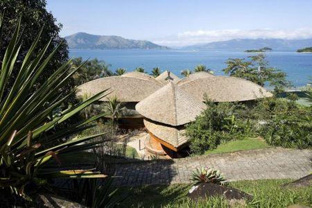Casa Folha, inspirada en las construcciones indígenas brasileñas