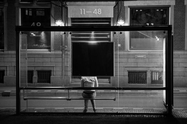 Mujer sola esperando al autobús