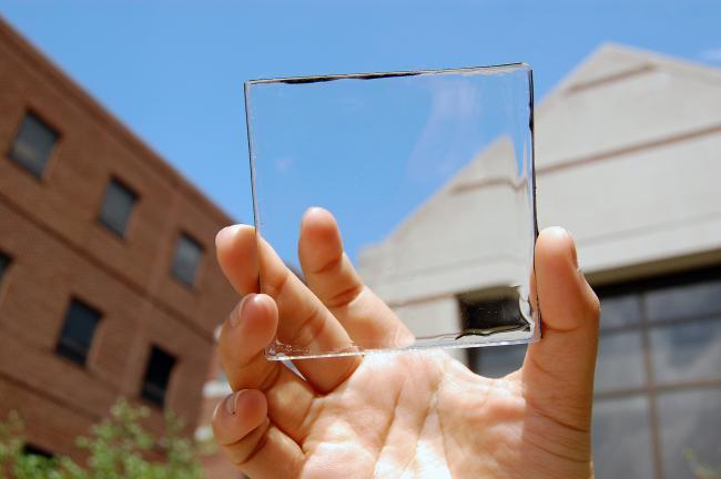 Un nuevo material transparente podría ser un panel solar incluso en la pantalla de nuestro móvil