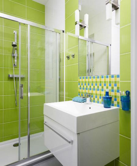 Baño del apartamento colorido