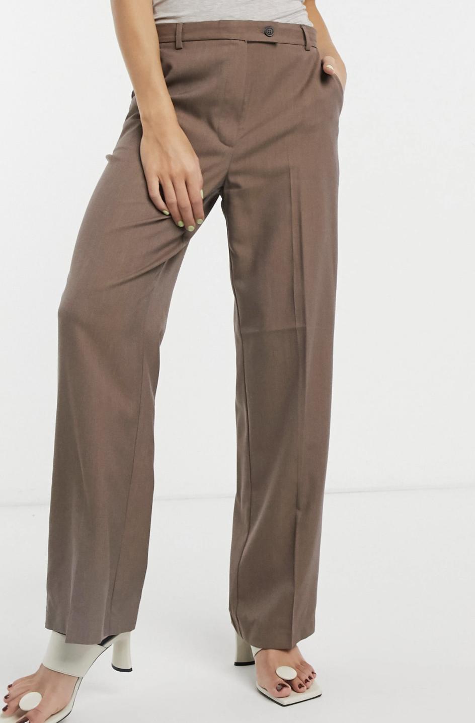 Pantalones de traje en color moca holgados estilo dad de ASOS DESIGN