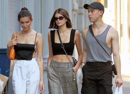 Los pantalones de traje casan con todo y Kaia Gerber nos lo enseña a golpe de buen estilo