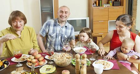 """El mejor consejo sobre alimentación infantil: """"Dales de comer lo mismo que te daban a ti"""""""