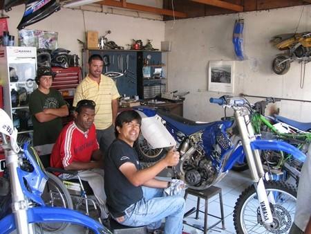 Arreglando la moto de campo