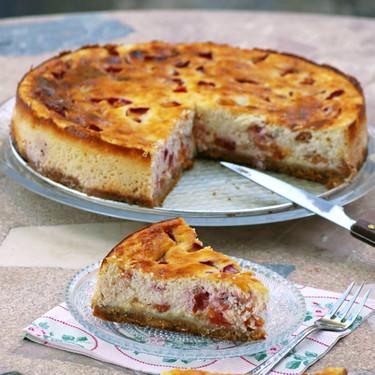 Tarta de queso fresco desnatado y ciruelas: receta de postre al estilo alemán (en versión más ligera)