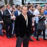 ¿Hasta cuándo va a estar Jude Law vistiendo de la misma forma? Este fue su look en la première de 'Sky' en Londres