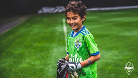 La merecida ovación del público a un niño de ocho años con leucemia que jugó como portero en su equipo de fútbol profesional