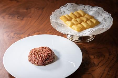 Foto 01 El Steak Tartar De Zalacain Acabado En Mesa Y Uno De Los Primeros De Madrid Junto A Su Guarnicion De Patatas Sufle