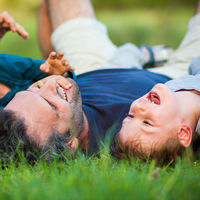 """""""Hay que pasar de la paternidad adultocéntrica a la niñocéntrica para criar a nuestros hijos"""", explica el psicólogo Julio Rodríguez"""