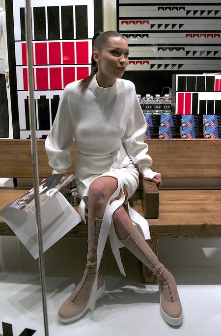 Bella Hadid opta por el total white para el evento DKNY en Nueva York