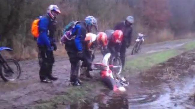 Caida de moto en una acequia llena de agua