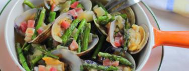 Almejas y espárragos a la manzanilla con jamón, aperitivo para compartir