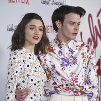 Decimos sí a las camisas con estampado floral, Charlie Heaton nos ha convencido