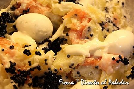 Ensalada de patata y salmón con huevo de codorniz