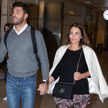 Paula Echevarría apuesta por unas preciosas botas altas para su look de aeropuerto, pero el resultado no nos convence