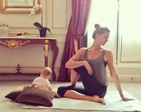 La imagen tierna de la semana: Gisele Bündchen practica yoga con su bebé