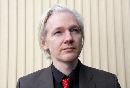 Julian Assange supera en valoración a todos los políticos españoles
