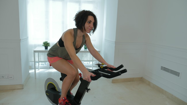 Las claves para mantener una postura correcta en la bici de ciclo indoor