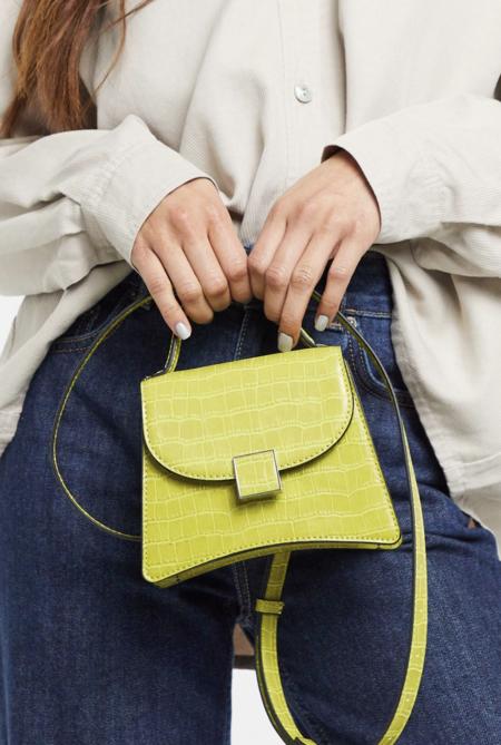Bolso pequeño con correa estilo bandolera y diseño de cocodrilo lima Bernnan de Who What Wear