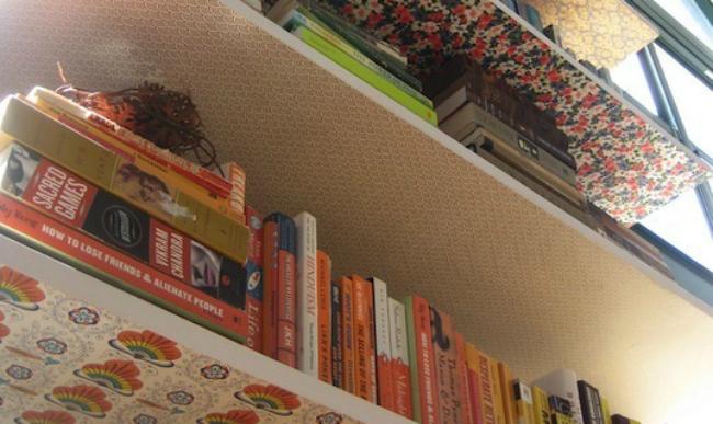Papel pintado bajo los estantes