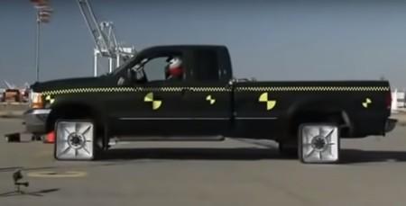 Este es el vídeo que explica por qué las ruedas de los coches son redondas, y no cuadradas