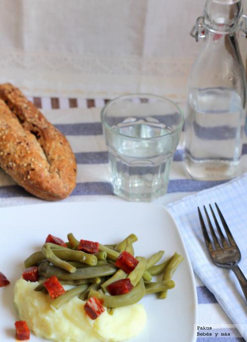 Receta ligera: judías verdes con parmentier de patata y taquitos de chorizo salteado