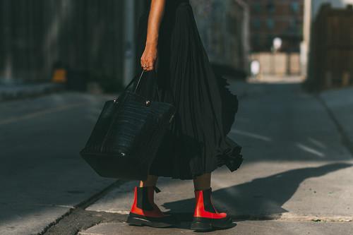 Clonados (literal) y pillados: si te enamoraste de los botines rojos de Céline ahora pueden ser tuyos... gracias a Camper