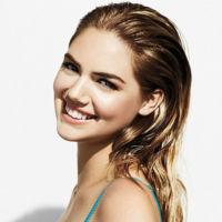 Kate Upton presta sus gracias para la campaña de la colección Sandy Nudes de Bobbi Brown