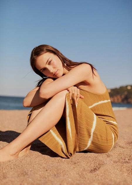 El vestido tie dye de Mango con el que nos imaginamos en Ibiza este verano está rebajado y cuesta menos de 20 euros