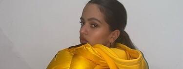 Rosalía triunfa en Instagram con su total look de Nike X NOCTA. Cinco plumíferos amarillos para lograr un outfit parecido