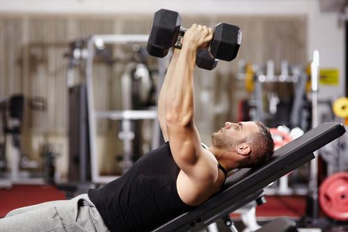 Press francés para trabajar tus tríceps: la técnica correcta, la musculatura implicada y diferentes formas de hacerlo