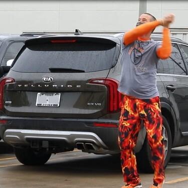 Un padre baila fuera del hospital para animar a su hijo con cáncer que recibe quimioterapia