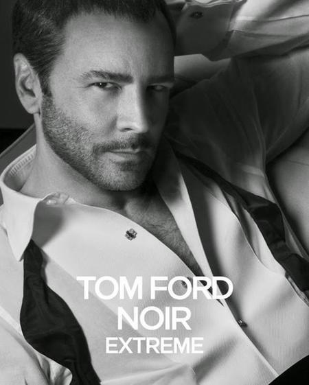 Tom Ford vuelve a posar para la nueva campaña de su perfume Noir Extreme